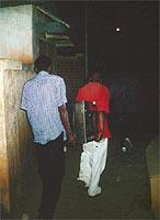 Transport des Backofens durch die dunklen Gassen Antananarivos